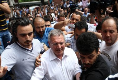 Futbolda şike iddialarına yönelik soruşturma kapsamında gözaltına alınan Fenerbahçe Spor Kulübü Başkanı Aziz Yıldırım, Haseki Eğitim ve Araştırma Hastanesi'ne getirildi.
