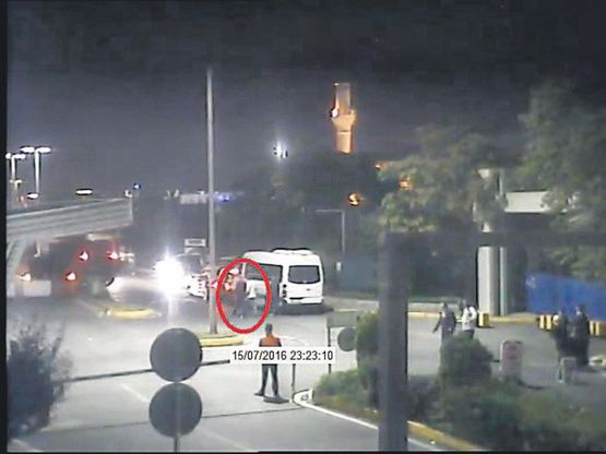 Saat 23.23: CHP heyetinden 2 kişi tankların yanında görülüyor. Tanklar birkaç dakika içinde çekiliyor.